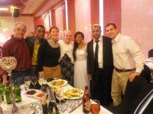 חתונה של זוג מכיתת נתניה, בנוכחות המורים ותלמידים מהכיתה.